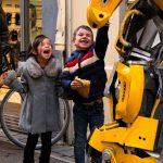 Enfants heureux au marché de Noël de Carcassonne