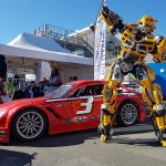 Robot Bumblebee devant voiture de course
