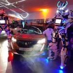 2 Robots géants devant Peugeot 2008 electrique