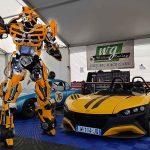 Robot géant Bumblebee devant Renault course