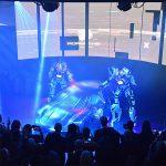 2 robots géants dévoilent le nouveau Porsche Taycan