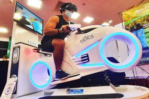 Un homme pilote le simulateur de réalité virtuelle moto